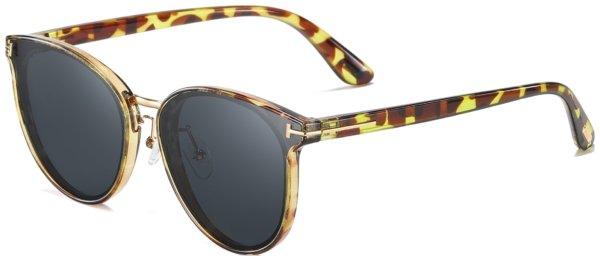 På billedet ser du et stemningsbillede (#2) fra Sommerfugl solbriller til kvinder, Majesty fra brandet Solbrillerne.dk i en størrelse H: 60 cm. B: 17 cm. L: 143 cm. i farven Havana